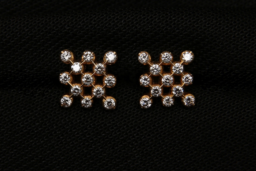 Shop and Buy Best collections of Diamond Ear rings from the No:1 Diamond Jewellers Chennai.